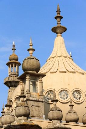Le Royal Pavilion est un ancien palais royal construit au début des années 1800 pour être la résidence du prince régent, le futur roi George IV. Il est remarquable par son architecture indienne et son intérieur pleins de chinoiseries. Le bâtiment et les jardins ont été achetés par la ville en 1849.