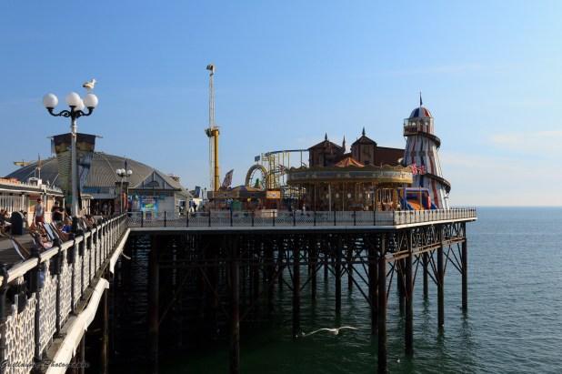 La Brighton Pier (ou Palace Pier) est une grande jetée inaugurée en 1899. On y trouve une grande fête foraine permanente, des restaurants et des salles de jeux. Une grande roue, comparable au London Eye, la Brighton Wheel est placée à côté depuis octobre 2011 après avoir connu un précédent autre emplacement.