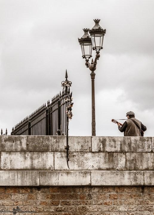 Paris autrement - Le guitariste du pont