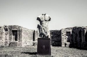 Pompéi - Statue by Polish sculptor Igor Mitora