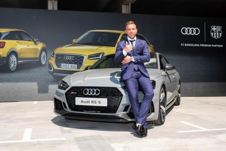 Entrega Audi al jugador del Barça Arthur Melo