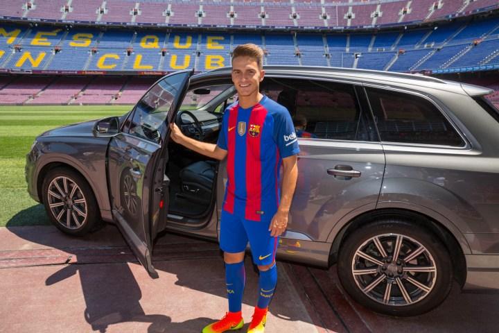 Entrega Audi al jugador del Barça Denis Suárez