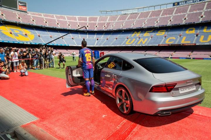 Entrega Audi al jugador del Barça Paulinho