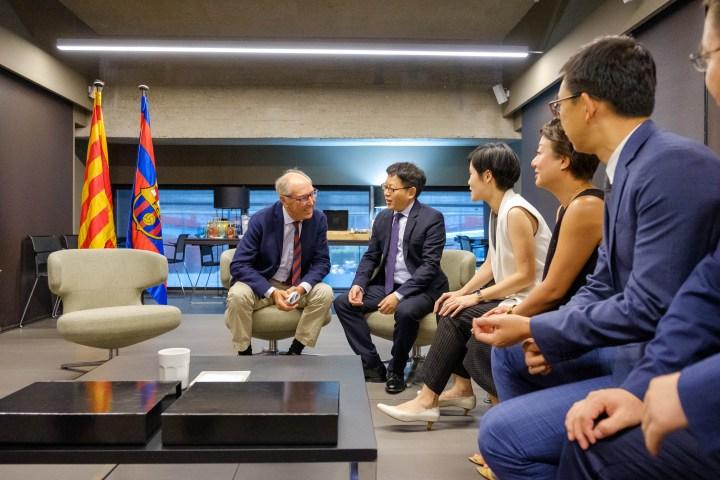 Josep Pont, responsable de l'àrea comercial del FCB, Alen Wu, Global Vicepresident d'Oppo, junt amb directius d'Oppo, en la renovació d'acord entre Oppo i el Futbol Club Barcelona