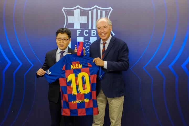 Josep Pont, responsable del área comercial del FCB, y Alen Wu, Global Vicepresident de Oppo, en la renovación de acuerdo entre Oppo y el Futbol Club Barcelona