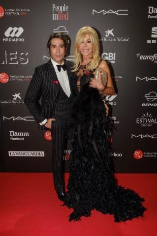 Mario Vaquerizo y Bibiana Fernández en el photocall de la gala People in Red de la Fundación Lucha contra el Sida (Barcelona, 2018)