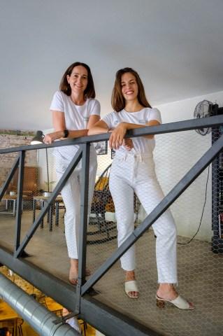 Sessió de retrats a Sarah Friar (CEO de Nextdoor) i Joana Caminal (responsable de Nextdoor a Espanya)