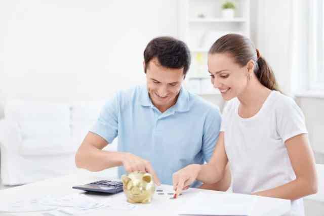 Pareja feliz administrando su dinero