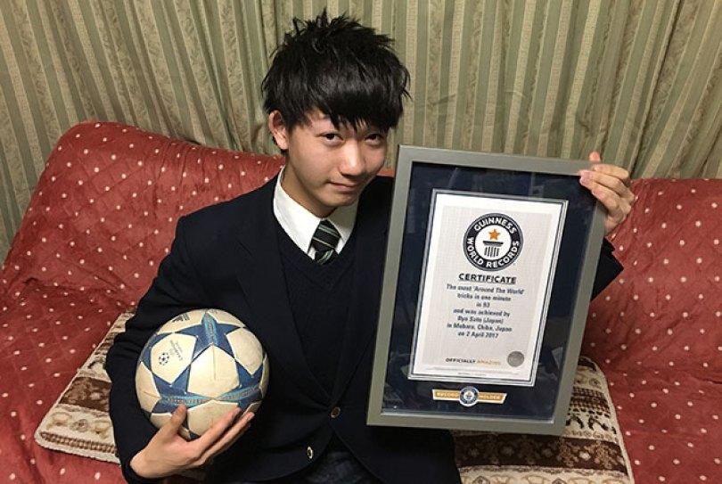 Most around the world ball control tricks in one minute tcm25 475728 - Japoneses também são habilidosos com a bola