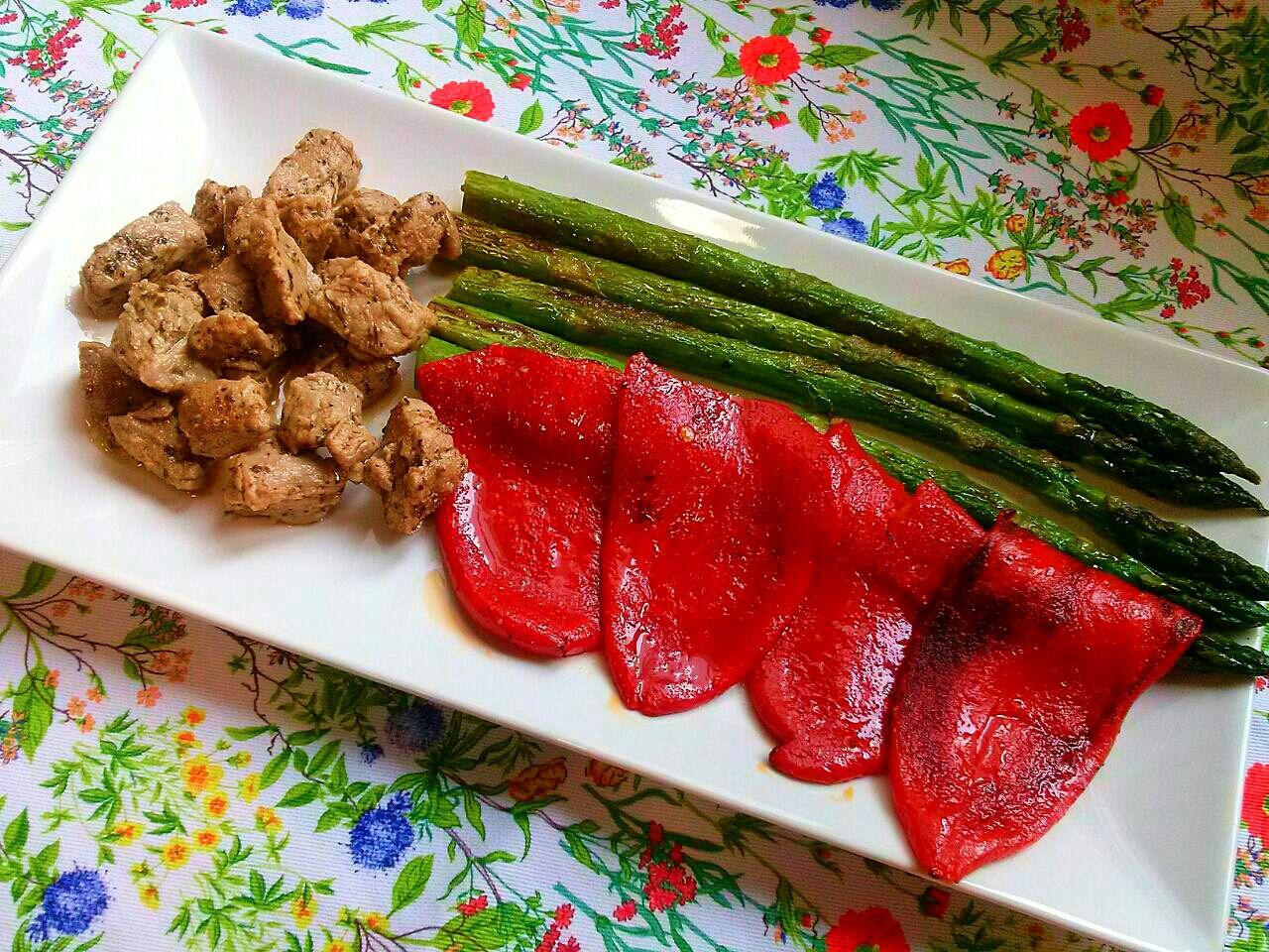Picadillo de solomillo de cerdo con verduras a la plancha