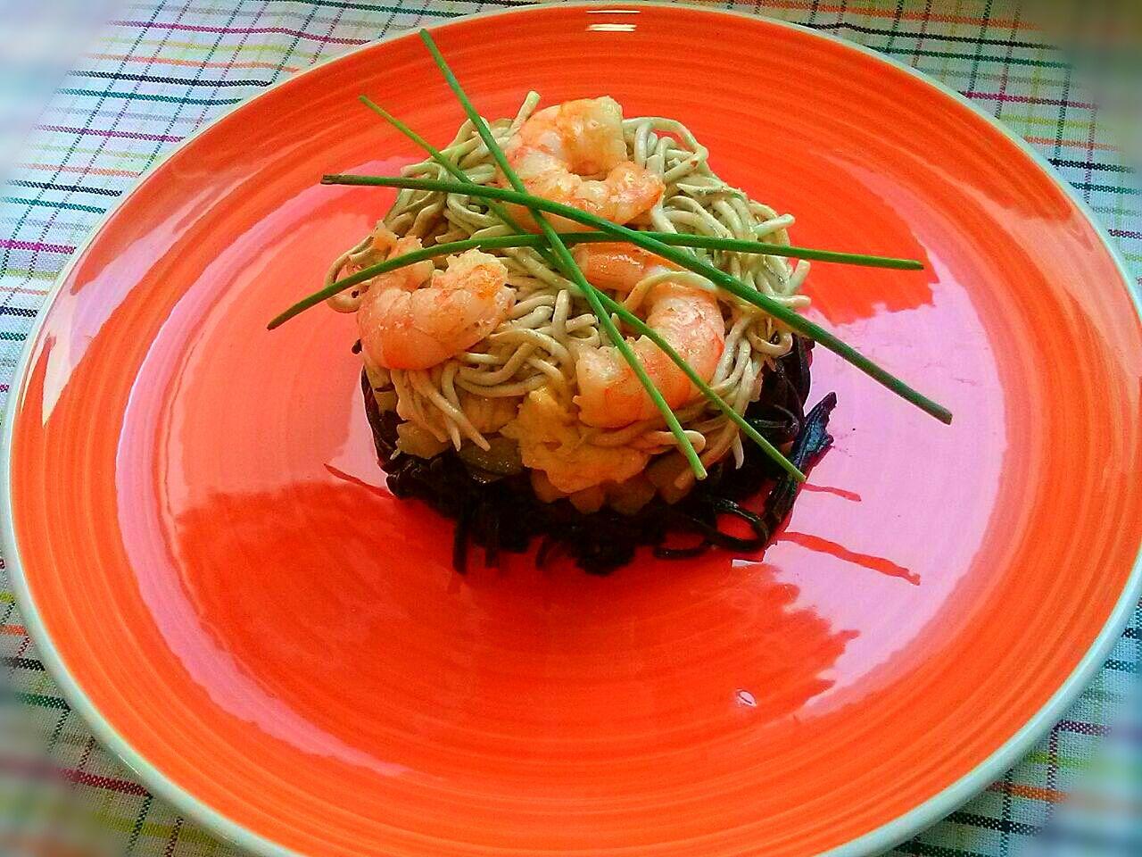 Pasta negra de sepia con langostinos y calabacín