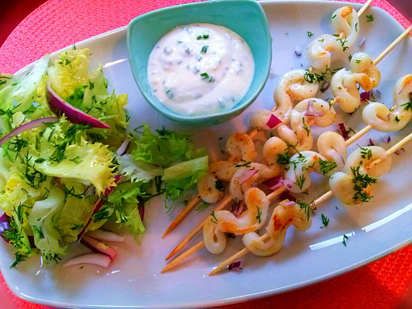 Brochetas de calamares con salsa de yogur natural