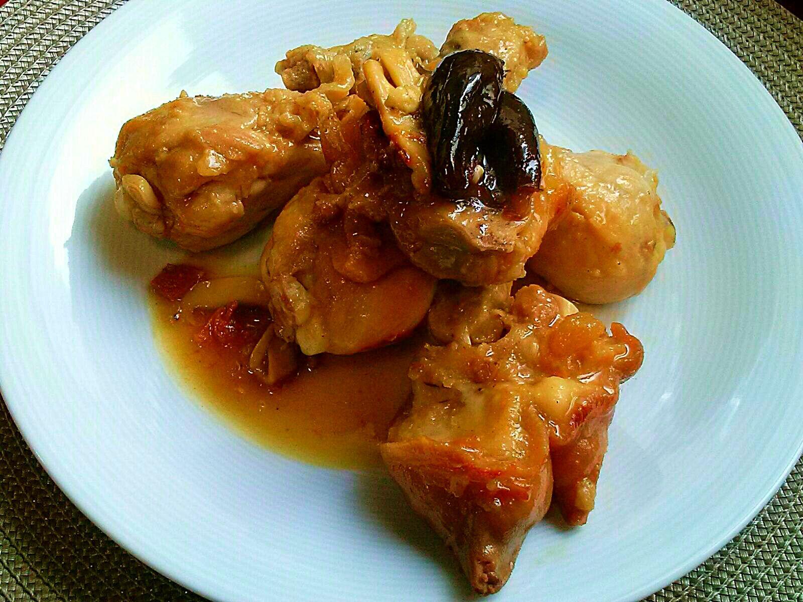 Manitas de cerdo estofadas con muslos de pollo