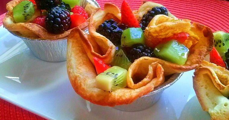 Frutas del bosque, postre con forma de cestita