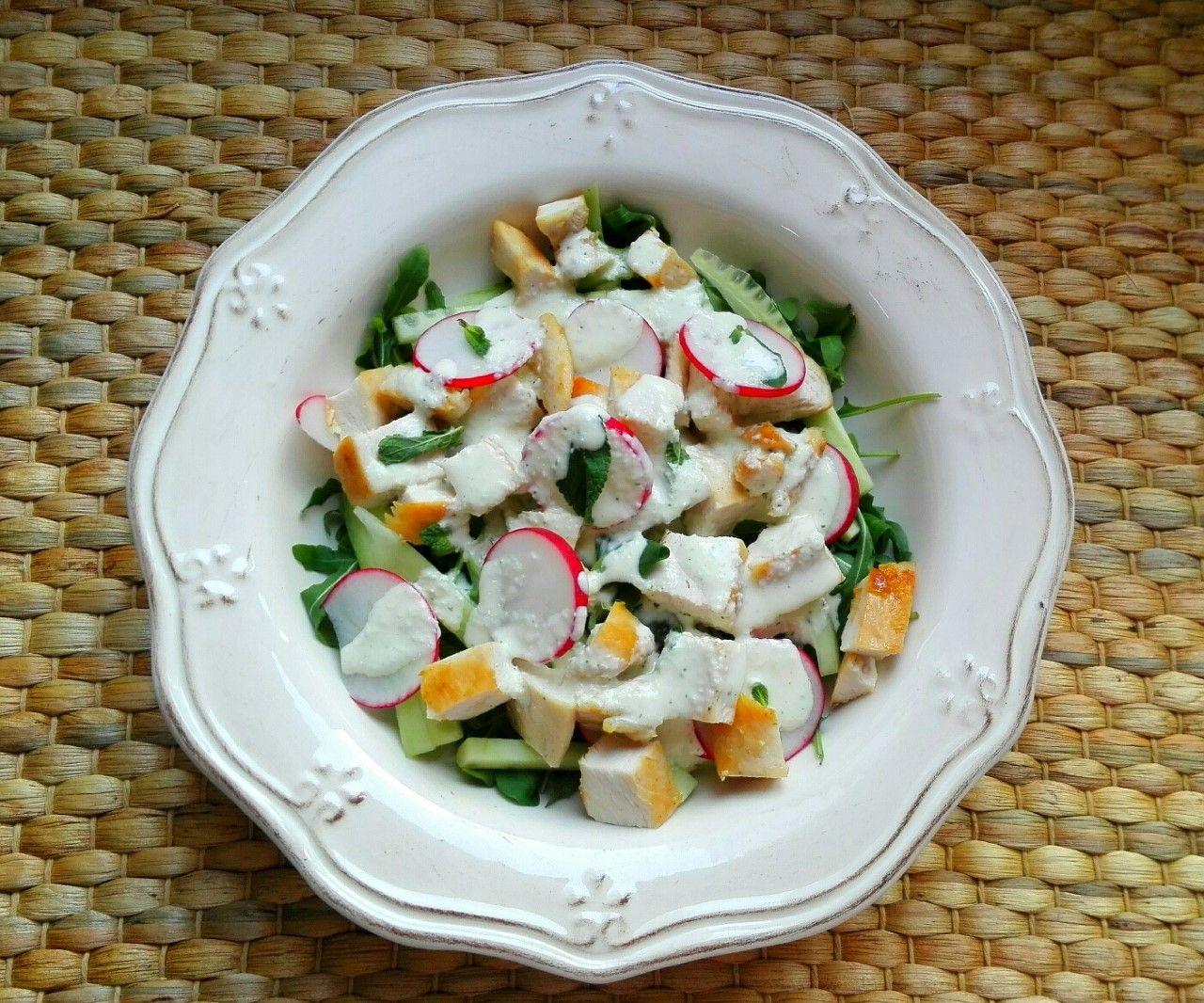 Ensalada de pollo con pepino y salsa de menta