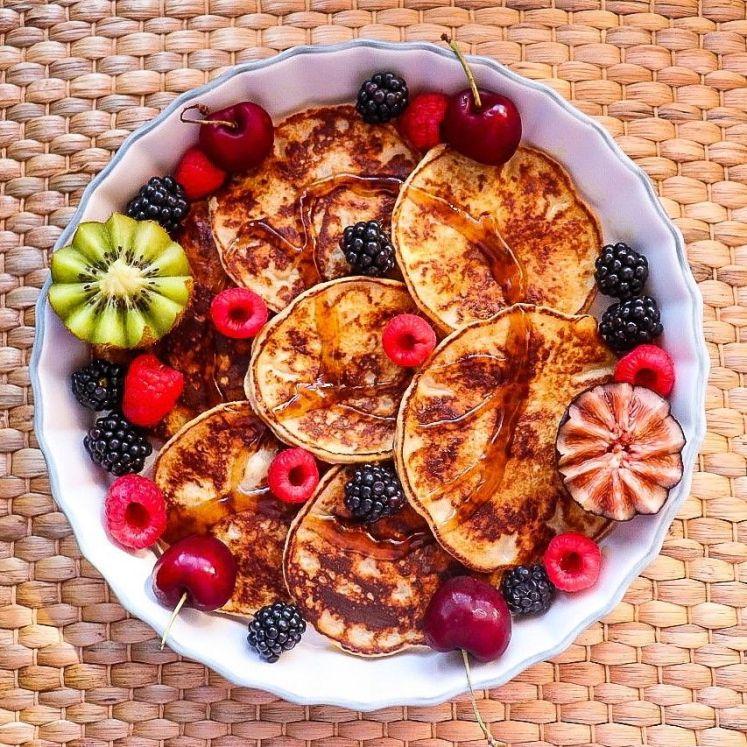 Receta de desayuno con tortitas de avena proteicas con clara de huevo y sirope de agave