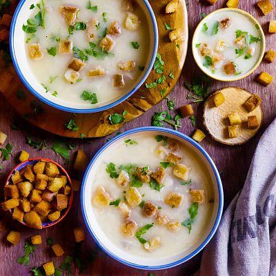 Sopa de almendras con jamón serrano y huevo duro