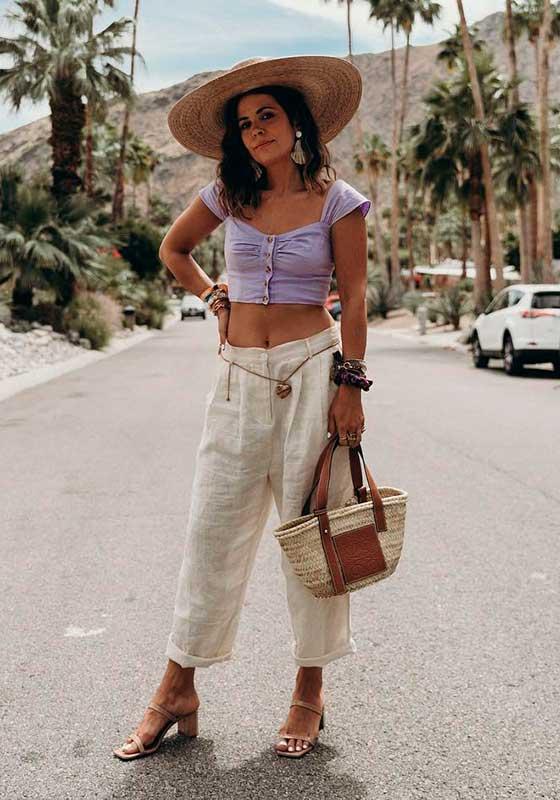 look com bolsa, chapéu de palha e cinto de corrente