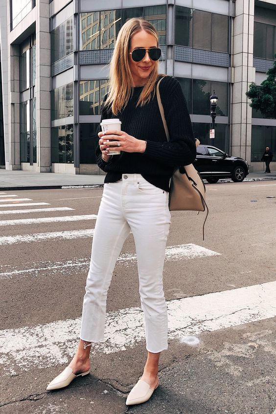 Suéter preto e sapato branco