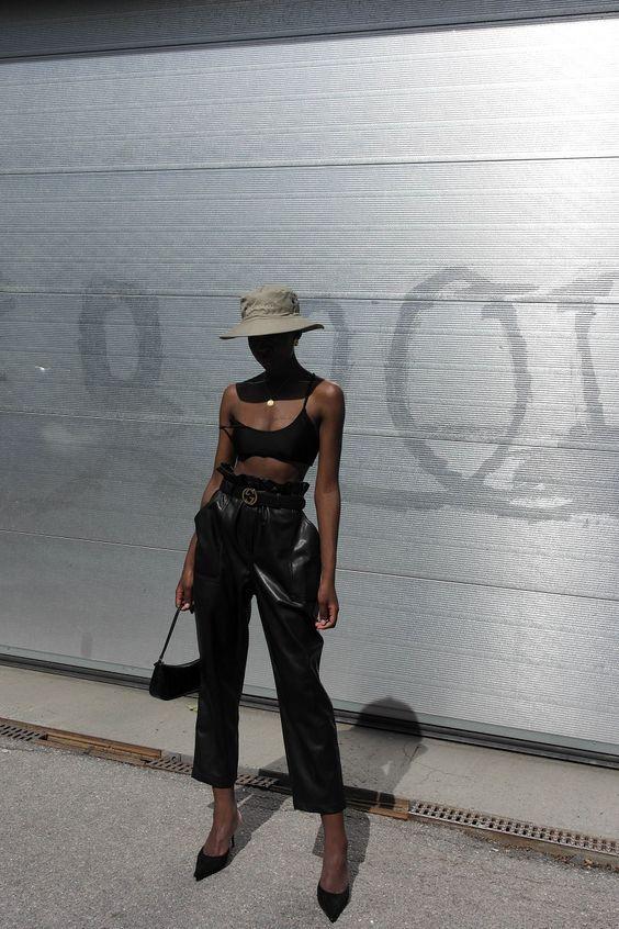 chapéu, top faixa preto, calça clochard de couro e mule de bico fino
