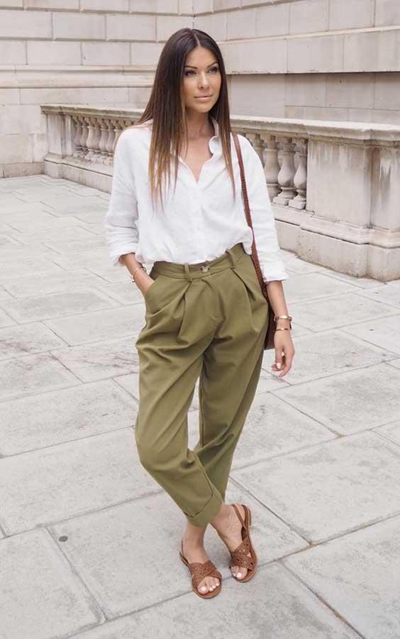 camisa branca, calça verde militar e rasteirinah