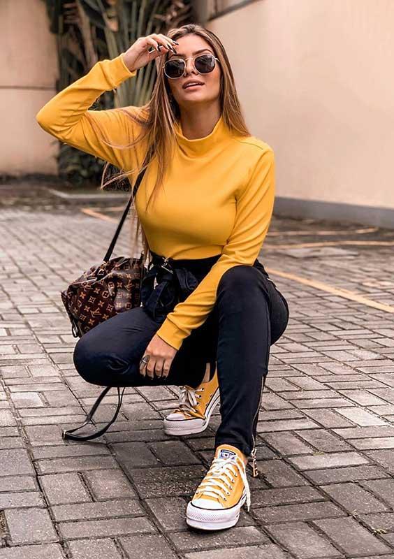 All star plataforma e blusa de gola alta amarela e calça preta