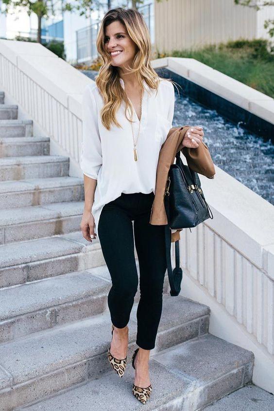 camisa branca, calça legging e scarpin de oncinha