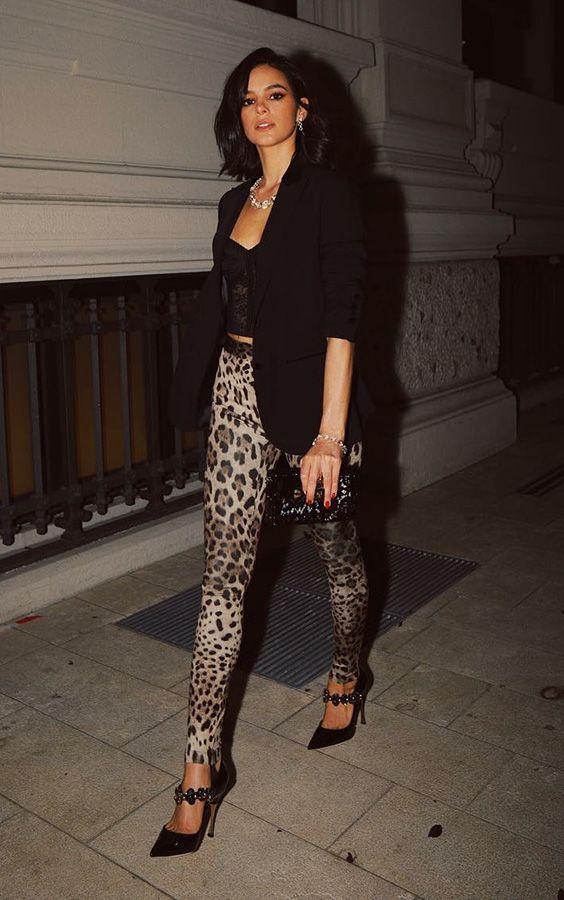 calça de oncinha com cropped lingerie e blazer preto