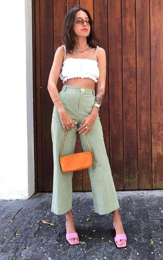 cropped branco, calça verde, sandália de bico quadrado