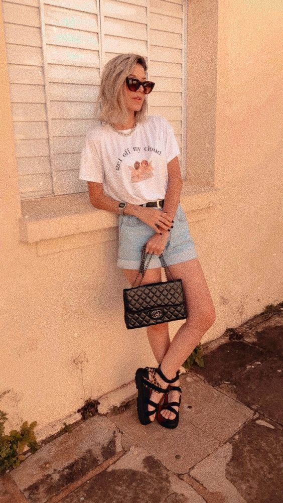 blusa branca estampada, short jeans e papete de plataforma