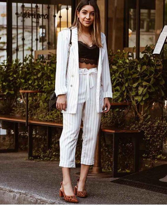 terninho com blazer branco listrado, cropped preto de renda, calça clochard, slingback marrom com estampa de oncinha