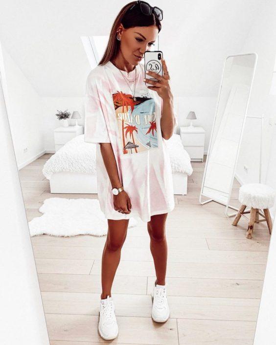 Jaqueline, t-shirt dress estampado e tênsi