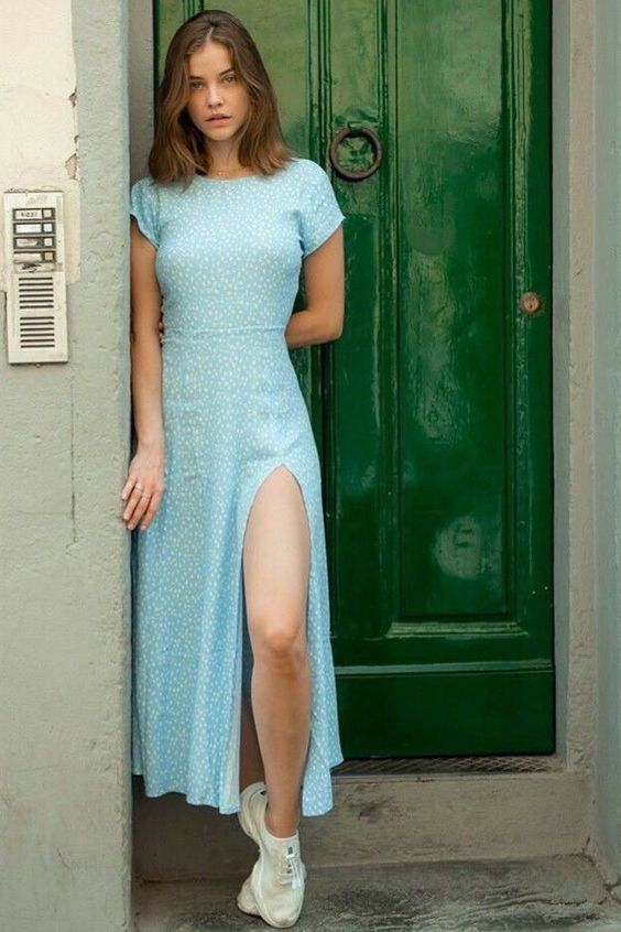 Barbara Palvin, Vestido midi azul com fenda lateral, tênis esportivo