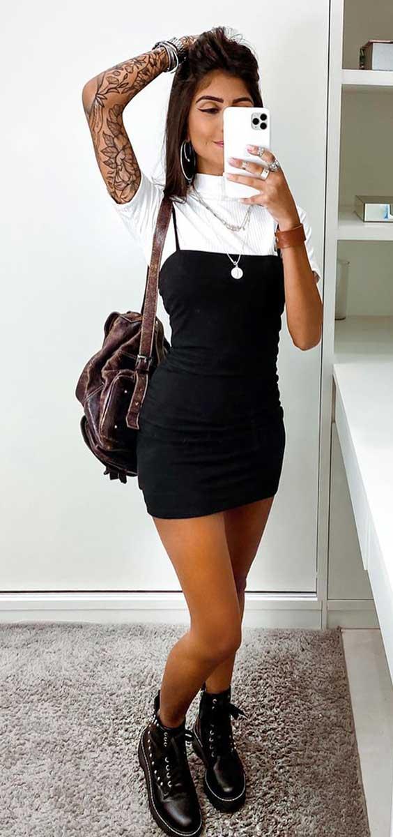 sobreposição cool blusa branca e tubinho preto e coturno