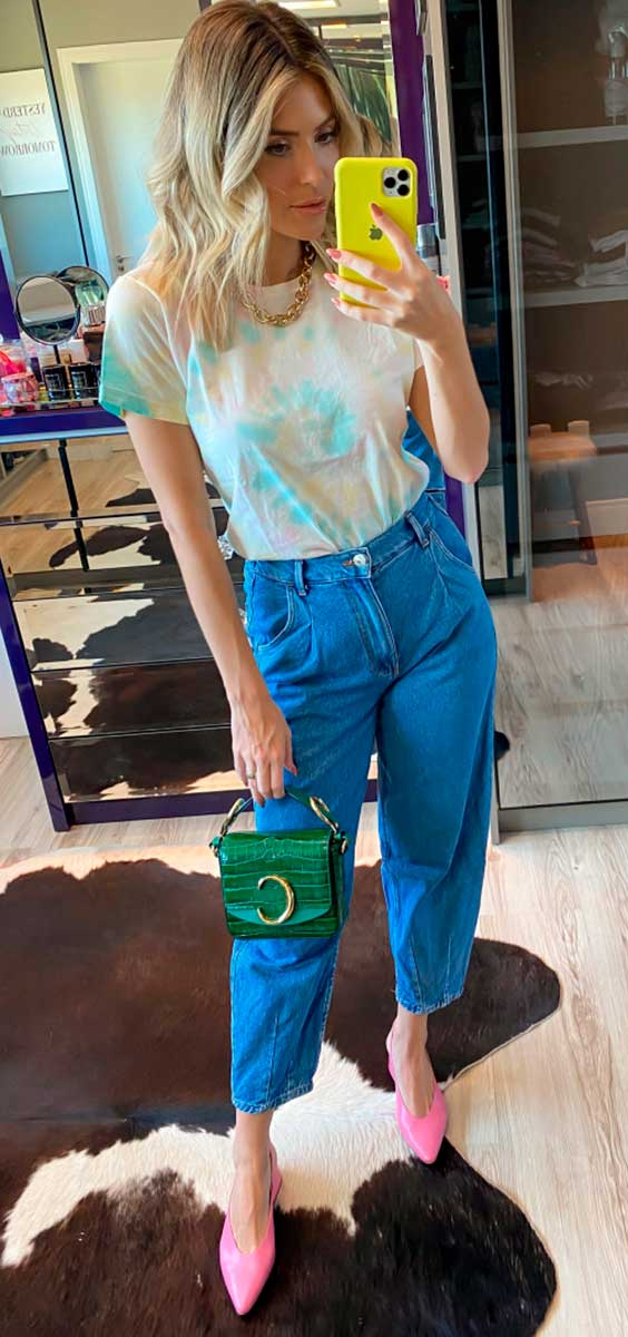 slouchy jeans, t-shirt tie-dye, slingback rosa