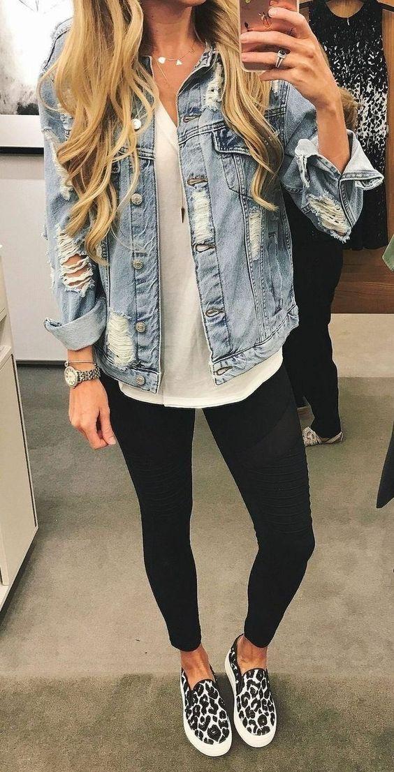jaqueta jeans, blusa branca e legging preta