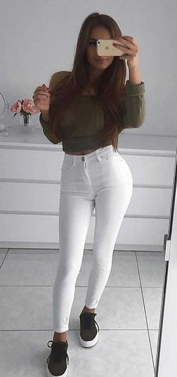 look de outono, calça branca e tênis preto