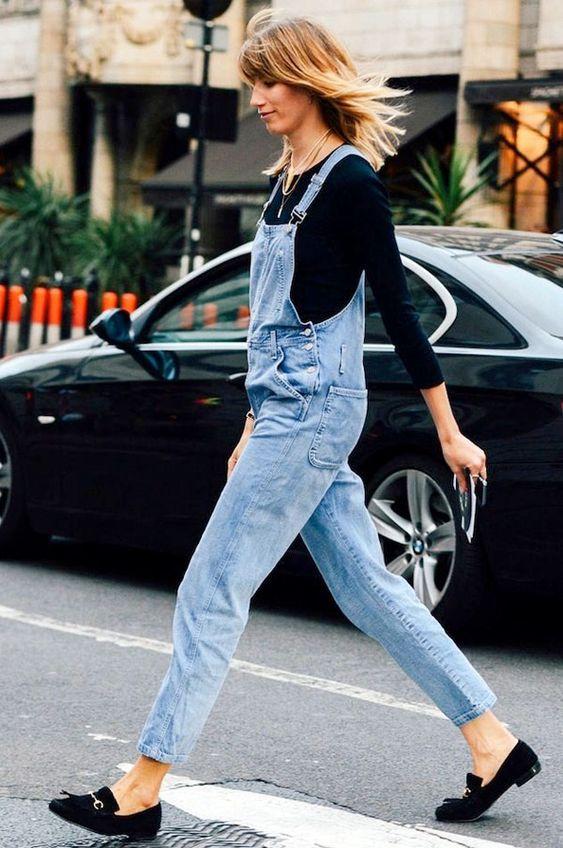 jardineira jeans, blusa preta de manga, mocassim preto