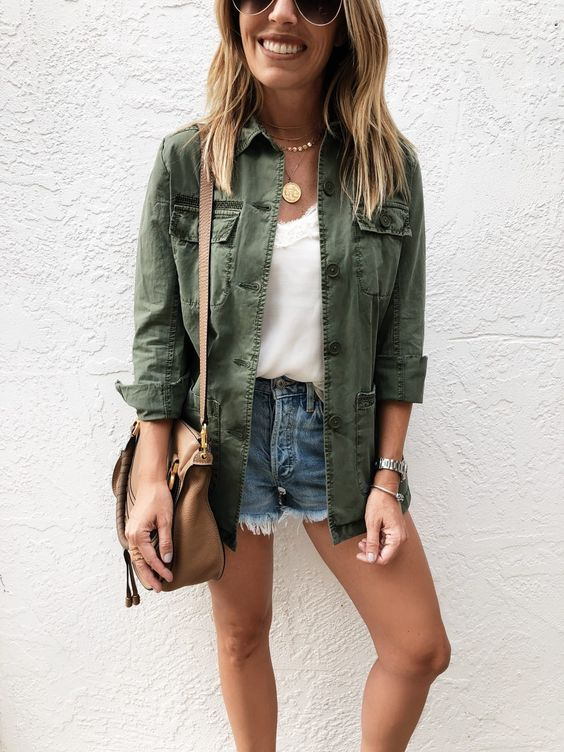 parka verde militar, regata branca e short jeans