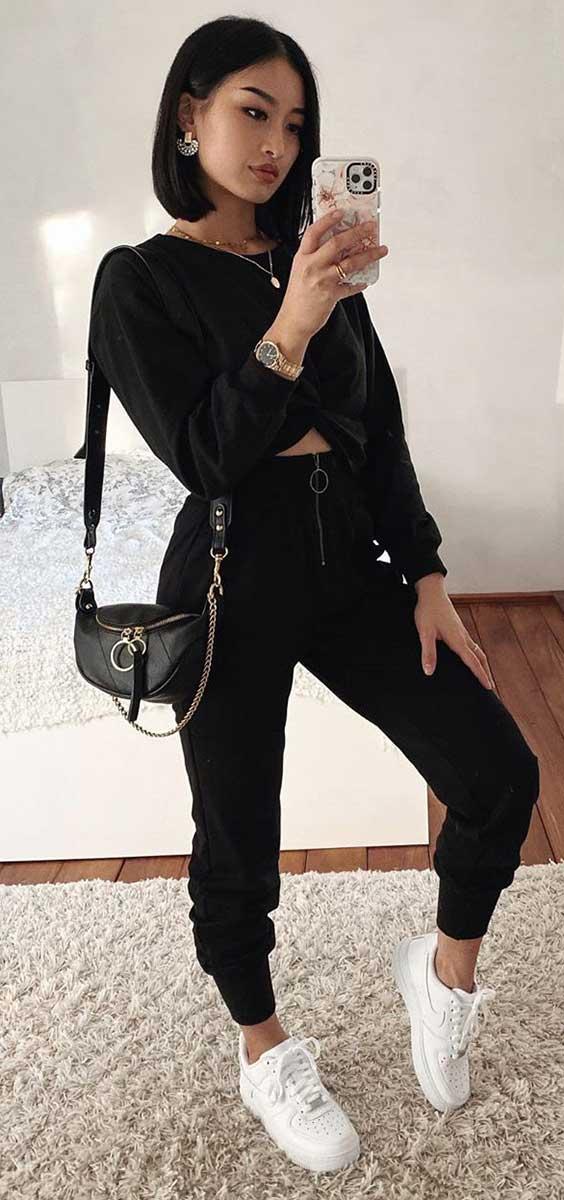 cropped preto de manga, calça jogger preta e tênis branco