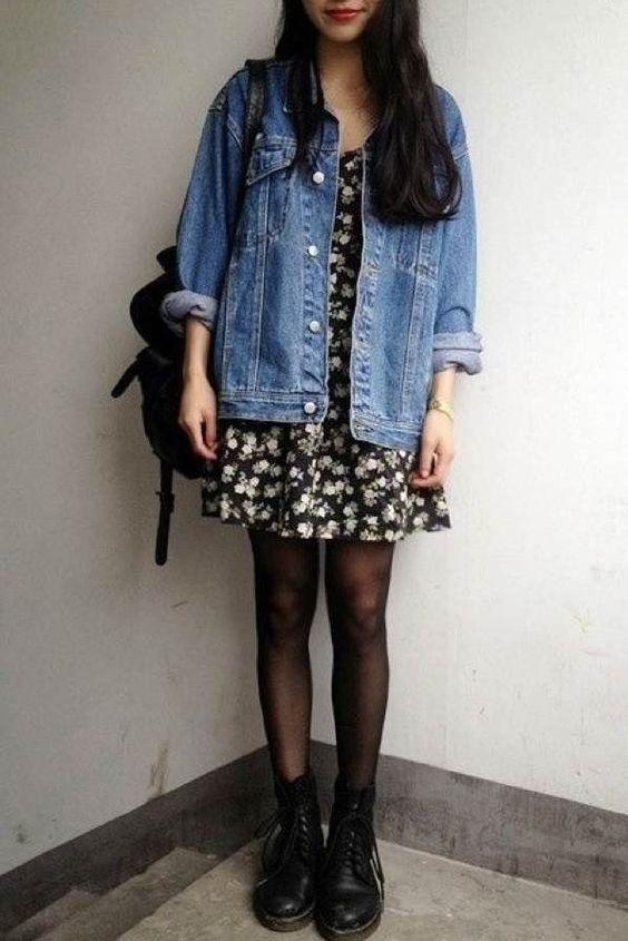 look anos 90 com jaqueta jeans, vestido floral, meia -calça e coturno