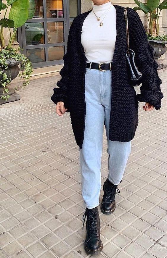 casaco, maxi cardigan preto, suéter branco de gola alta, mom jeans e coturno