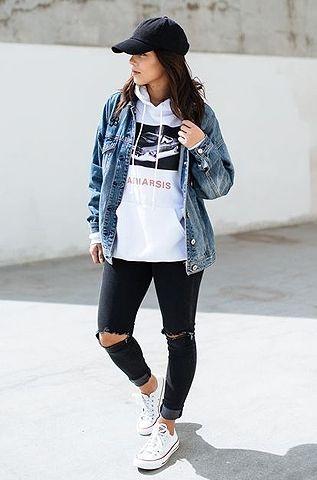 hoodie branco estampado, jaqueta jeans, calça skinny preta com rasgo no joelho