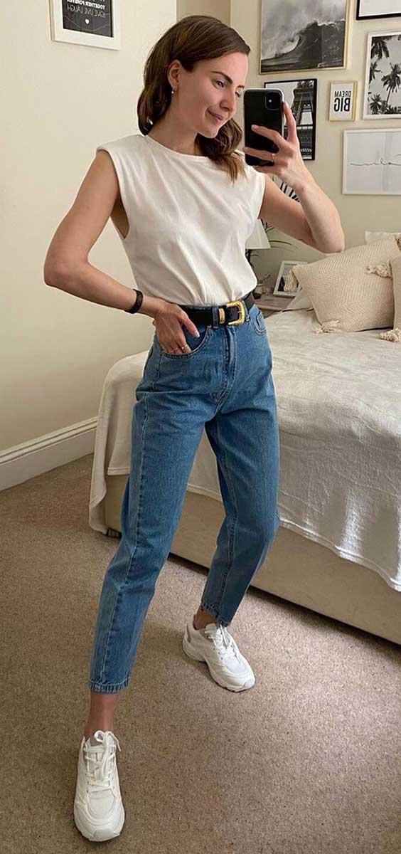 muscle tee e mom jeans para ir ao mercado