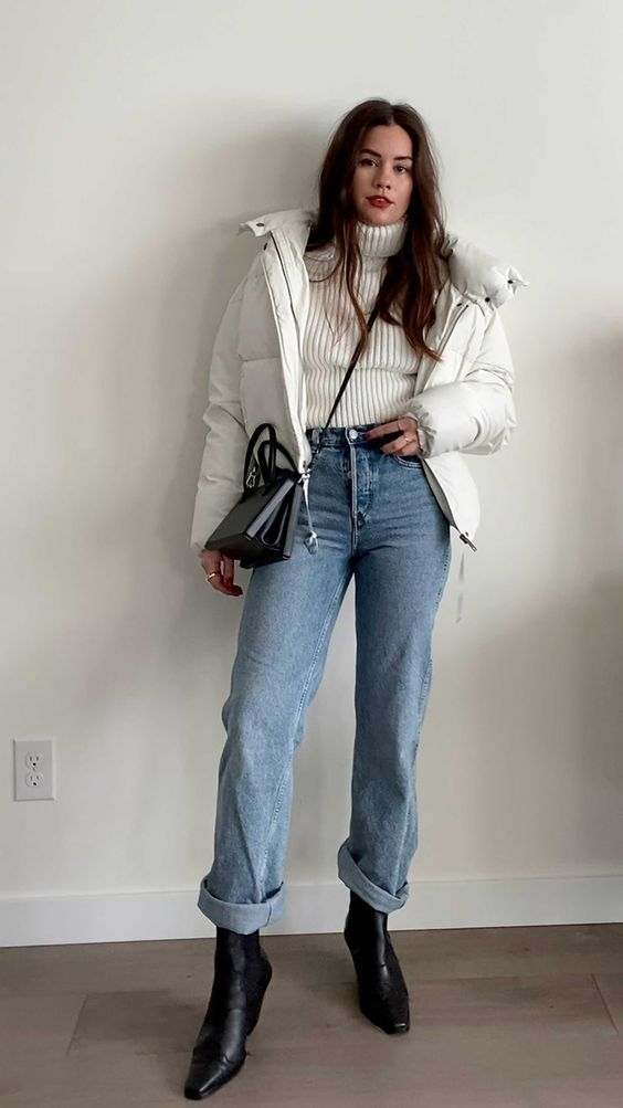 casaco puffy branco com gola alta, mom jeans, coturno preto
