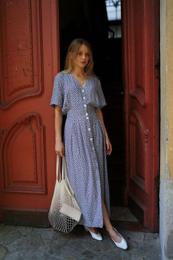 vestido com botões azul longo e sapatilha branca