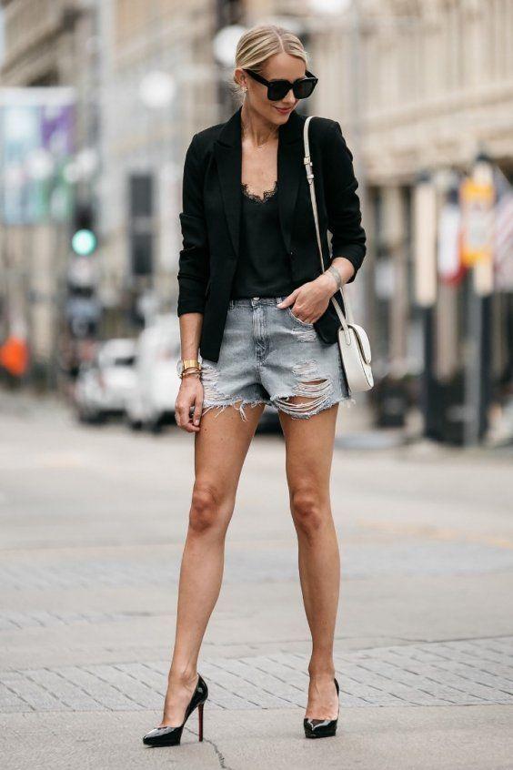 blazer preto, regata branca e short jeans desfiado, scarpin de fico fino