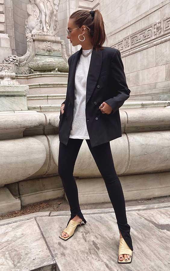 blazer oversizes, t-shirt branca, calça skinny perta, rasteirinha de bico quadrado