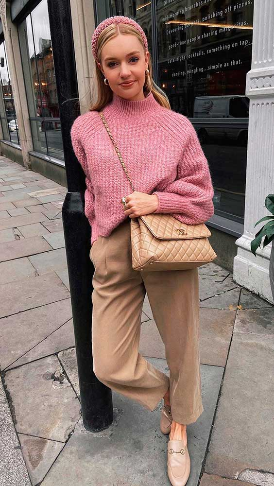 suéter rosa e calça de alfaiataria bege