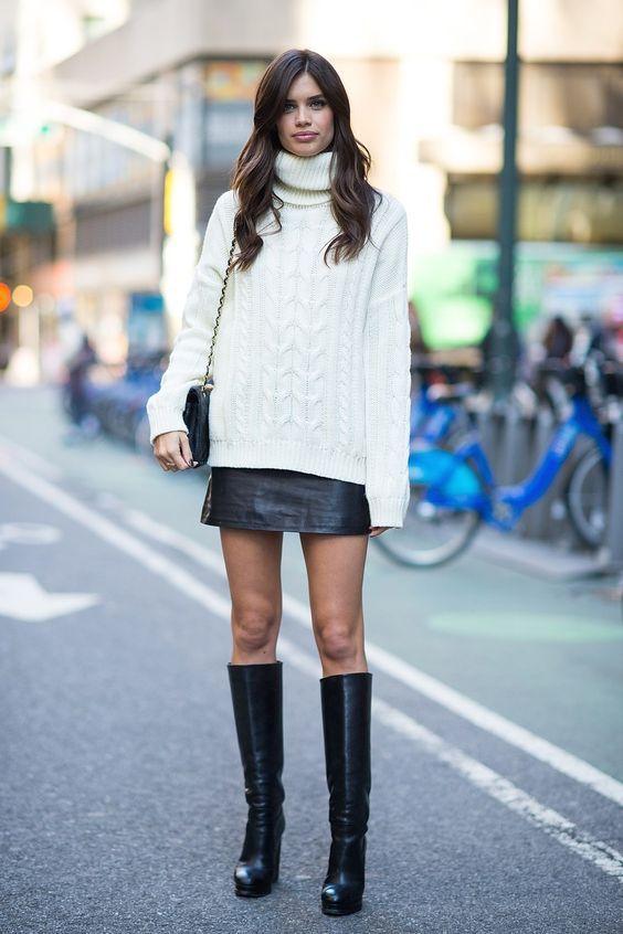 tendências de inverno, suéter de gola atal, saia de couro e bota de cano alto